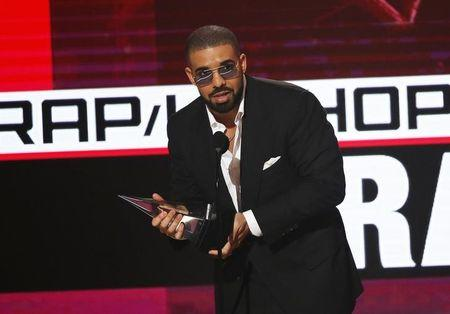 Drake accepts his award during the 2016 American Music Awards in Los Angeles