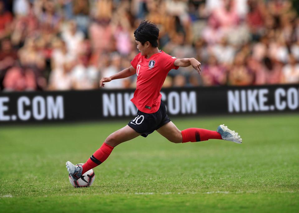 <p>The Korea National Football Team Collection is inspired by the national flag, the Taegeukgi, a symbol of Korean pride, and Hanryu, a cultural trend receiving high attention around the world.<br>The home kit features a simplified black and white crest designed to imbue a sharp, contemporary feel. A bright red shirt and black shorts follow the trigrams of the national flag (heaven, earth, water and fire). </p>