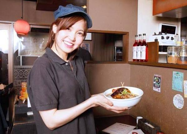 ▲Store manager Hisami Sasaki and the staff's recommendation is the squid ink based black soup.