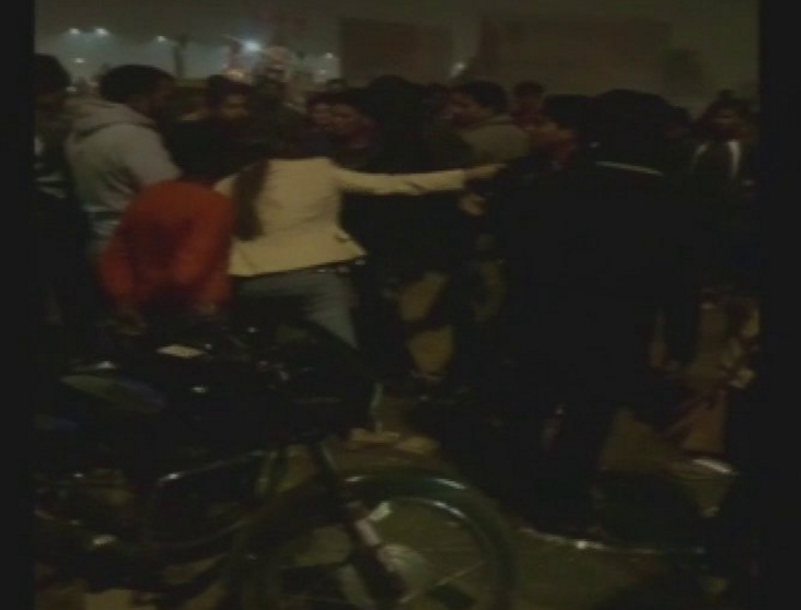 Watch how a woman thrashes her molesters in Lucknow