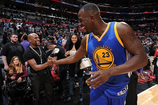 "<a class=""link rapid-noclick-resp"" href=""/nba/players/5069/"" data-ylk=""slk:Draymond Green"">Draymond Green</a> greets Floyd Mayweather at STAPLES Center after a Nov. 19, 2015, game. <br>(Andrew D. Bernstein/NBAE/Getty Images)"