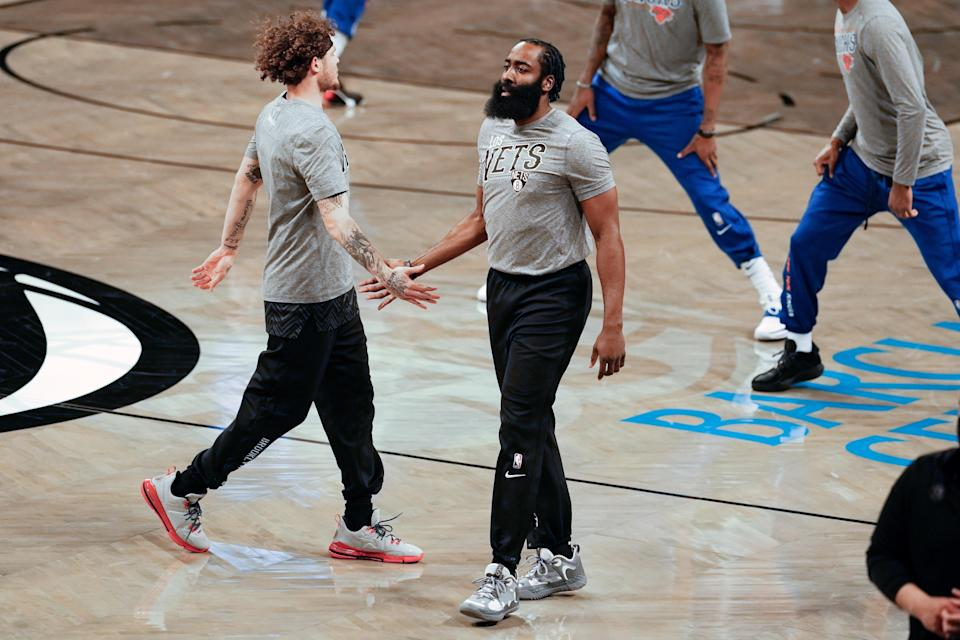 El guardia de los Nets de Brooklyn, James Harden, en el centro, tiene una participación de propiedad parcial del Houston Dynamo de la MLS y del Dash de la NWSL. (Michelle V. Agins/The New York Times)