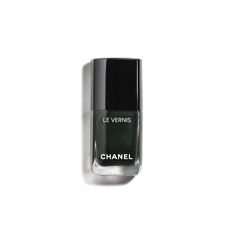 """<p><strong>Chanel </strong></p><p>chanel.com</p><p><strong>$28.00</strong></p><p><a href=""""https://go.redirectingat.com?id=74968X1596630&url=https%3A%2F%2Fwww.chanel.com%2Fus%2Fmakeup%2Fp%2F159715%2Fle-vernis-longwear-nail-colour%2F&sref=https%3A%2F%2Fwww.harpersbazaar.com%2Fbeauty%2Fnails%2Fg33660165%2Fnail-colors-for-dark-skin%2F"""" rel=""""nofollow noopener"""" target=""""_blank"""" data-ylk=""""slk:Shop Now"""" class=""""link rapid-noclick-resp"""">Shop Now</a></p><p>This green from Chanel resembles a luxurious emerald and is the perfect color if you're looking for something elegant. </p>"""