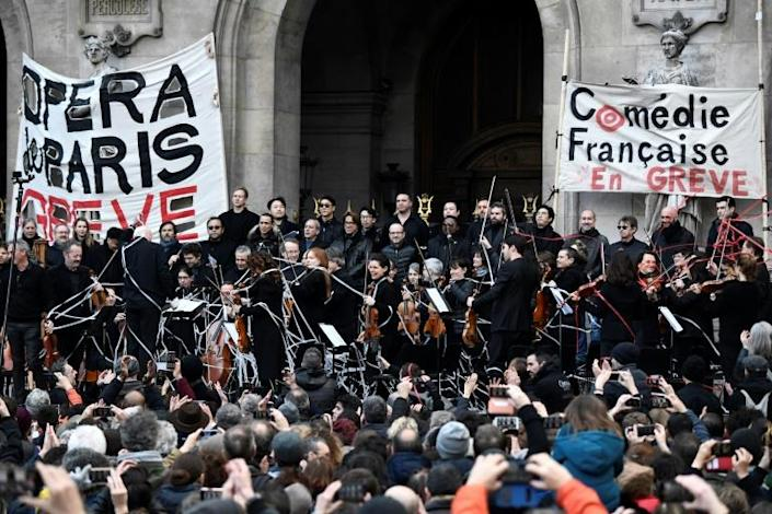 Musicians perform at the Paris Opera in support of the strike against President Emmanuel Macron's pension reforms. (AFP Photo/STEPHANE DE SAKUTIN)