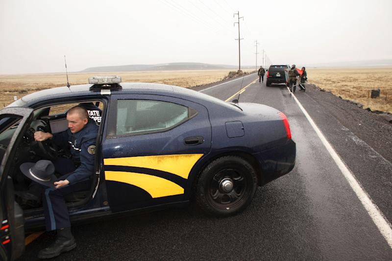 A state trooper gets out of his car as they block a road 4 miles from the Malheur Wildlife Refuge Headquarters near Burns, Oregon on January 28, 2016 (AFP Photo/Rob Kerr)