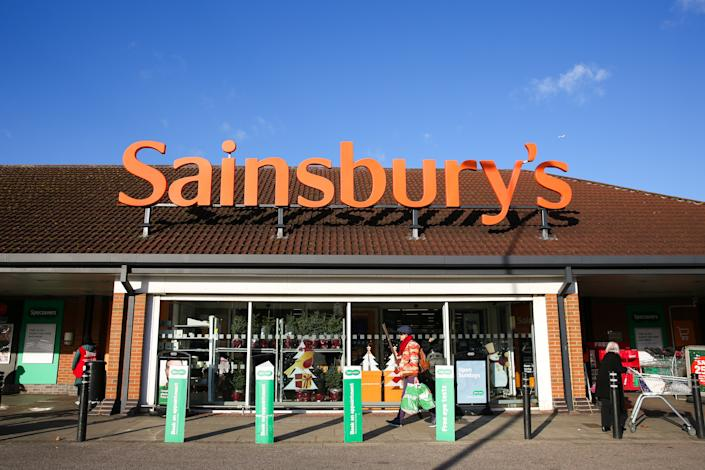 Shoppers are seen outside Sainsbury's supermarket in London. (Photo by Dinendra Haria / SOPA Images/Sipa USA)