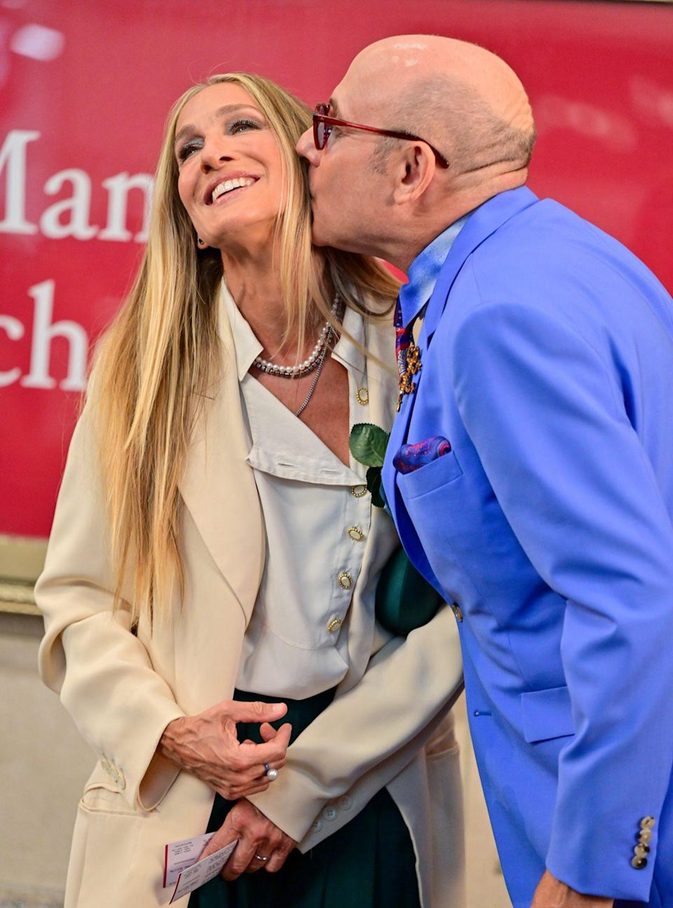 <p>Sarah Jessica Parker receives a sweet smooch from Willie Garson on the set of <em>And Just Like That</em> at the Lyceum Theater on July 24 in N.Y.C.</p>
