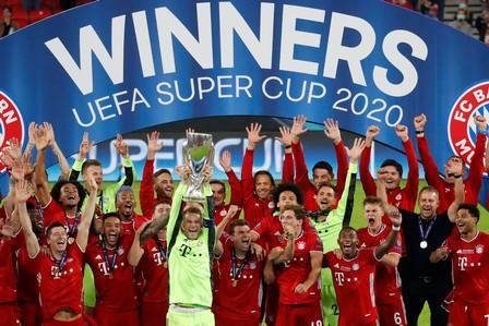 89757329_TOPSHOT - Bayern Munich's German goalkeeper Manuel Neuer and his teammates celebrate with t.jpg