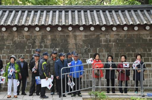 The road outside the South Korean presidential Blue House was lined with wellwishers waving flags