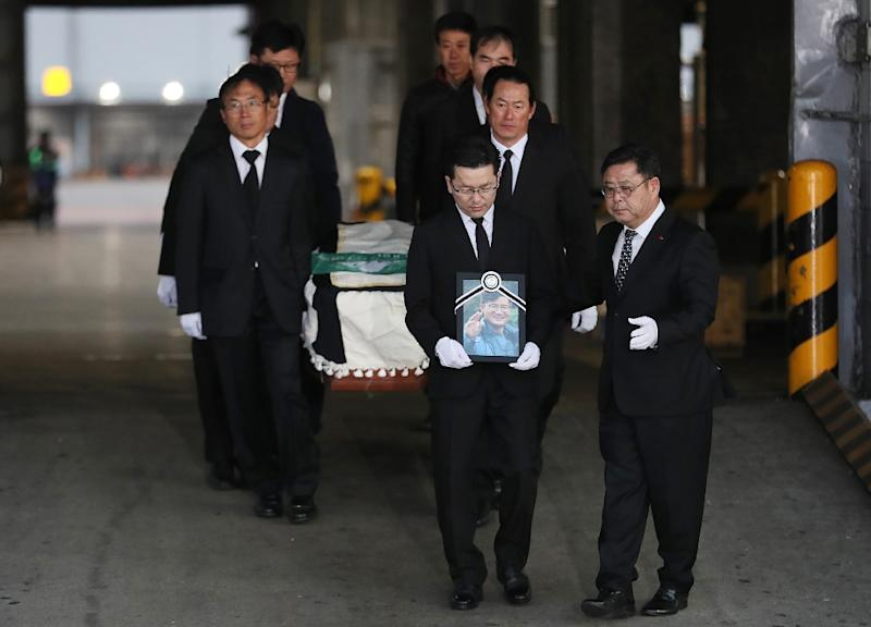 Mourners carry a coffin containing the body of South Korean mountaineer Kim Chang-ho who was killed in Nepal (AFP Photo/-)