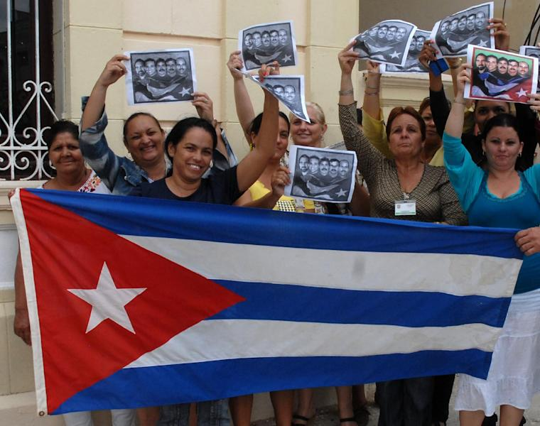 Cubans celebrate in Camaguey as Washington and Havana brought their bitter Cold War stand-off towards a historic close by agreeing to revive diplomatic ties on December 17, 2014 (AFP Photo/Roberto Morejon)