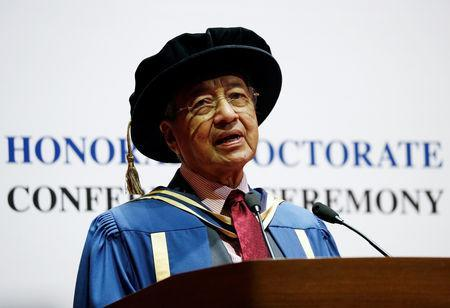 Malaysia's Prime Minister Mahathir Mohamad speaks after he was conferred an honorary Doctor of Laws degree at the National University of Singapore's Yong Siew Toh Conservatory of Music in Singapore November 13, 2018. REUTERS/Edgar Su