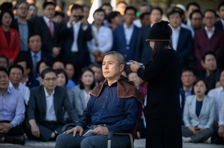 Main opposition Liberty Korea Party leader Hwang Kyo-ahn has his head shaved during a protest outside the presidential Blue House in Seoul