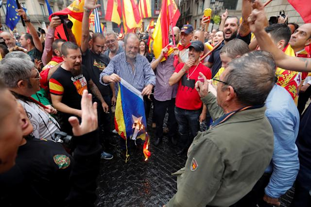 A man burns an <em>estelada</em> (Catalan separatist flag) during a demonstration in favor of a unified Spain a day before the banned Oct. 1 independence referendum, in Barcelona, Sept. 30, 2017. (Photo: Yves Herman/Reuters)