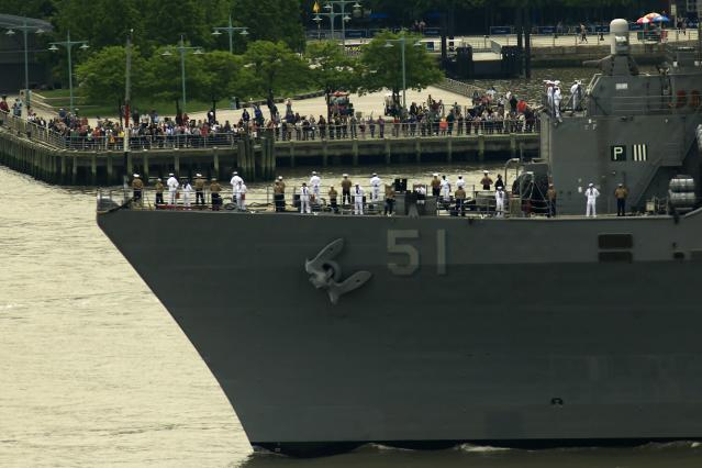 Sailors are seen from Weehawken, New Jersey as they stand on the deck of the USS Oak Hill, a Harpers Ferry-class dock landing ship of the United States Navy arriving in New York Harbor for Fleet Week in New York, May 21, 2014 May 21, 2014. REUTERS/Eduardo Munoz (UNITED STATES - Tags: SOCIETY MILITARY MARITIME)