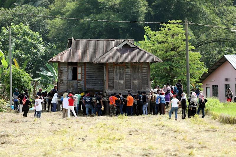 Villagers and university students join hands to relive the tradition of moving a wooden house in Kampung Labu Kubong, Lubuk Merbau, Kuala Kangsar.