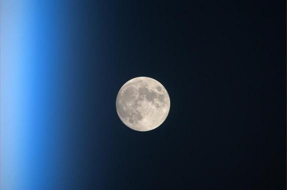 Valentine's Day Full Moon Rises Friday for Snowy Sweethearts