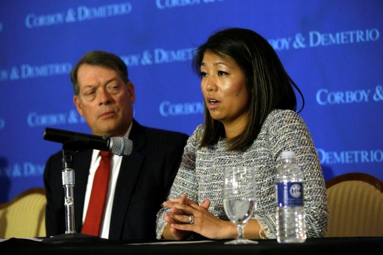 Crystal Dao Pepper (D), fille du Dr David Dao, avec son avocat Stephen Golan lors d'une conférence de presse le 13 avril 2017 à Chicago, en Illinois