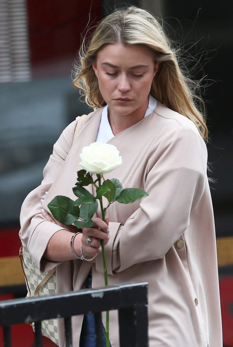 A woman holds a flower as a tribute in the London Bridge area of London, June 4, 2017. (Photo: Neil Hall/Reuters)