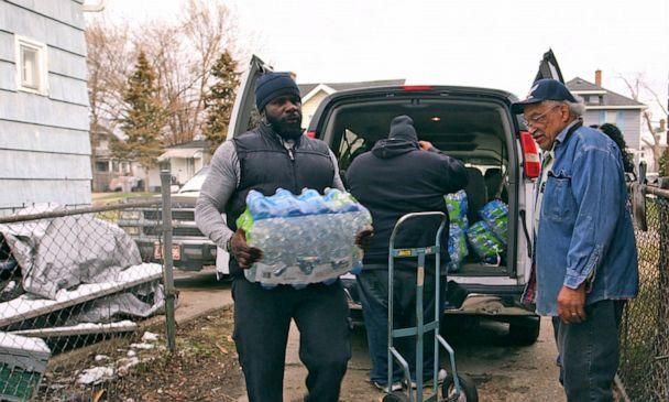 PHOTO: Pastor Jeffrey Hawkins and volunteers from Prince of Peace Missionary Baptist Church deliver donated water to residents in Flint. (Janet Weinstein/ABC News)