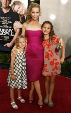 "Actress Leslie Mann poses with her daughters Maude (L) and Iris at the premiere of ""Funny People"" in Hollywood, July 20, 2009."