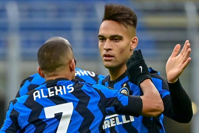 Alexis Sanchez (L) scored in his second consecutive league game for Inter