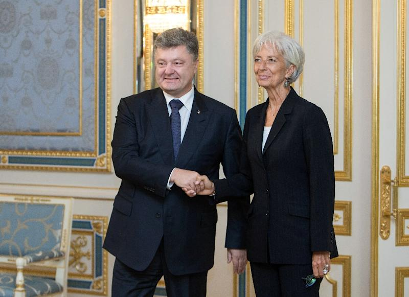 A picture taken and released by the Ukrainian presidential press-service on September 6, 2015 shows Ukrainian President Petro Poroshenko (L) and the Managing Director of the International Monetary Fund Christine Lagarde posing in Kiev