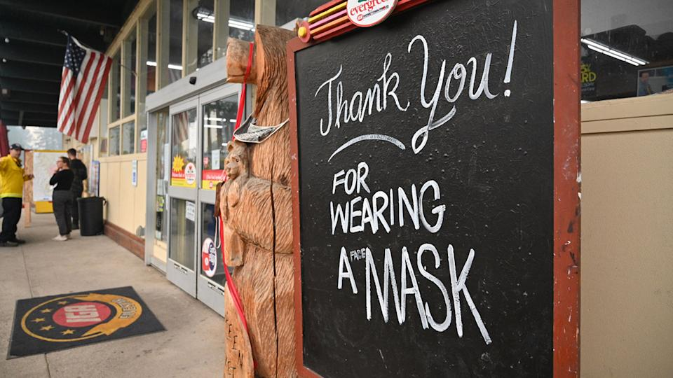 A sign encouraging mask