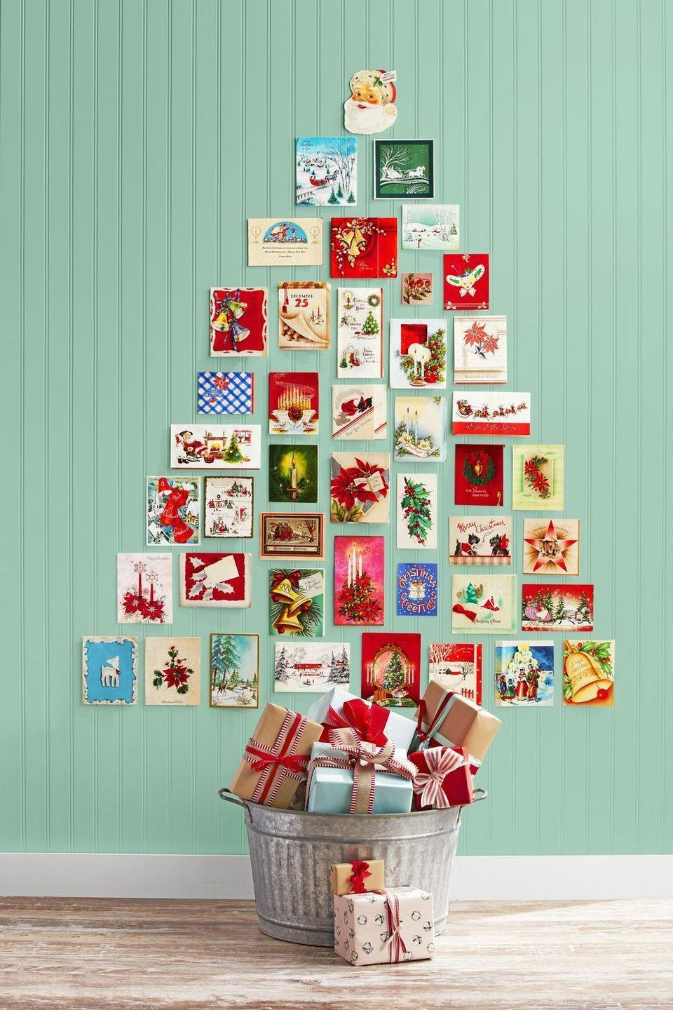 <p>Go for a mix of vintage and current holiday cards to make a creative Christmas wall tree. It can also serve as the perfect photo opp for family and friends.<br></p>