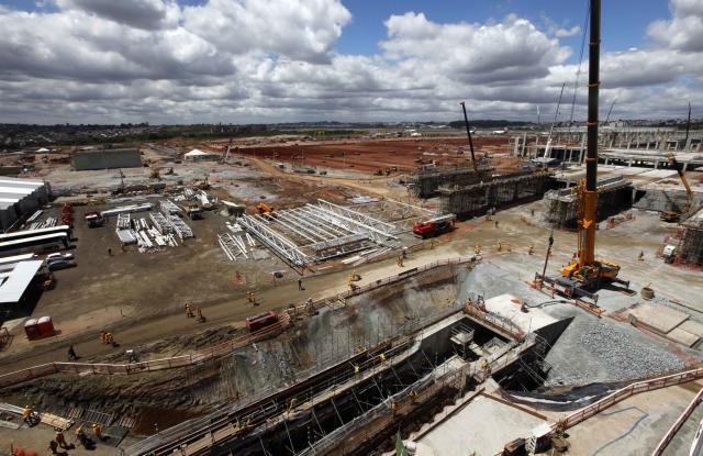 General view of the extensive renovations at Sao Paulo International airport in Guarulhos September 25, 2013. Brazil insists its airports will be ready for up to 600,000 foreign visitors during next year's World Cup, but an internal report said severe overcrowding and long flight delays are likely, with passenger traffic exceeding capacity by as much as 50 percent even if extensive renovations are finished on time. The report, prepared by the sports ministry with the help of outside consultants, dates back to March 2011. Reuters recently reviewed the full report, including its forecasts on air traffic that the government never made public. Senior officials in President Dilma Rousseff's government say the forecasts in the 2011 report are now outdated, thanks in part to major renovations underway at airports in all 12 of the World Cup's host cities. Picture taken September 25, 2013. REUTERS/Paulo Whitaker (BRAZIL - Tags: SPORT SOCCER WORLD CUP TRANSPORT BUSINESS CONSTRUCTION)