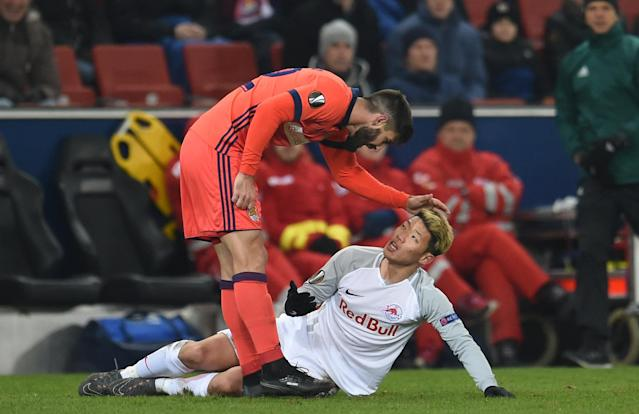 Soccer Football - Europa League Round of 32 Second Leg - RB Salzburg vs Real Sociedad - Red Bull Arena Salzburg, Salzburg, Austria - February 22, 2018 Real Sociedad's Raul Navas (L) pushes RB Salzburg's Hwang Hee-chan. Picture taken February 22, 2018 REUTERS/Andreas Gebert