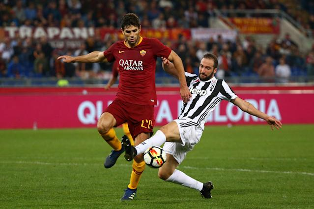 Soccer Football - Serie A - AS Roma vs Juventus - Stadio Olimpico, Rome, Italy - May 13, 2018 Juventus' Gonzalo Higuain in action with Roma's Federico Fazio REUTERS/Alessandro Bianchi