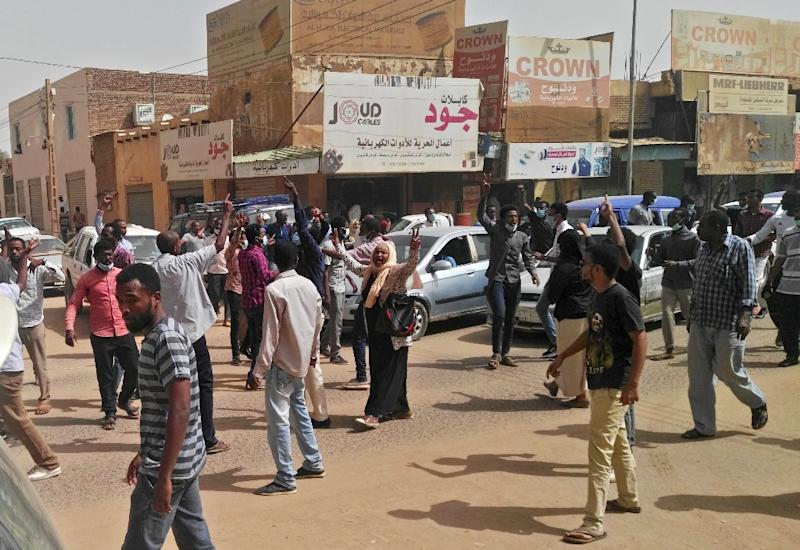 Sudanese protesters rally in downtown Khartoum in support of those detained in weeks of protests against President Omar al-Bashir's iron-fisted rule (AFP Photo/STRINGER)