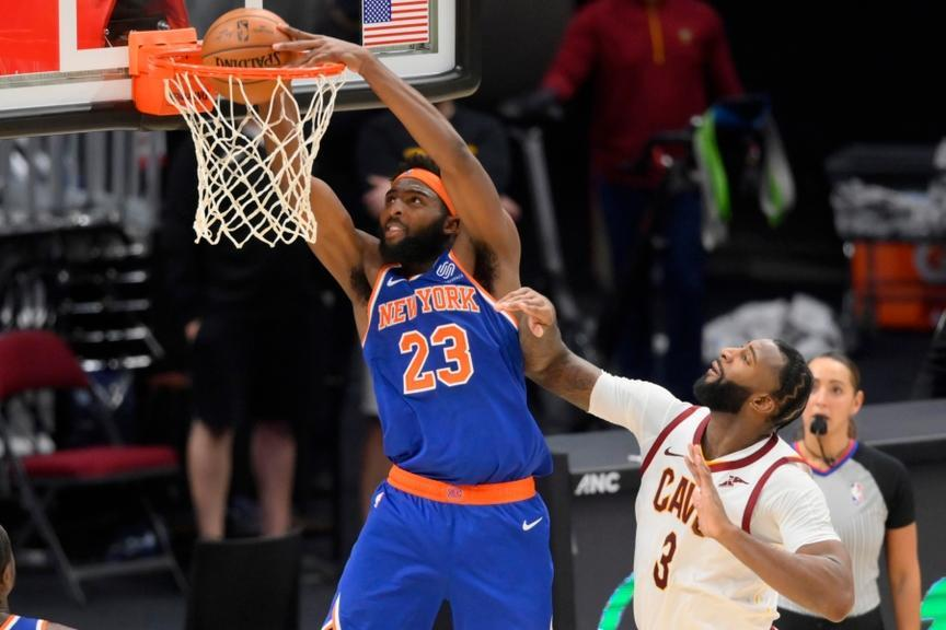 Mitchell Robinson dunks on Andre Drummond