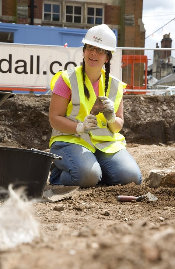 Interns Find Medieval Pottery at Richard III Dig