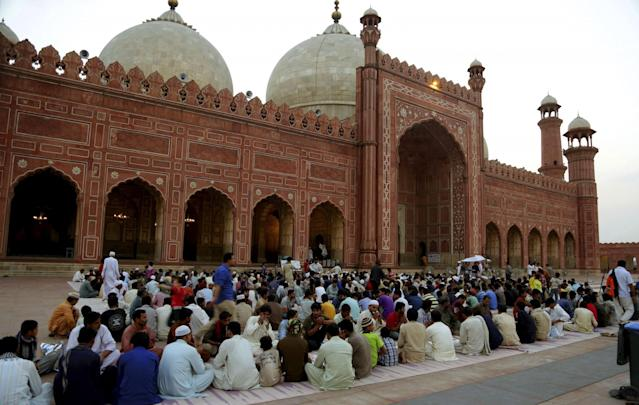 <p>Muslims gather at the Badshahi Mosque for the iftar meal during Ramadan in Lahore, Pakistan, May 29, 2017. (AP Photo/K.M. Chaudary) </p>