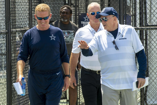 Jerry Jones (R) didn't agree with Jason Garrett's decision to punt in overtime against the Texans.