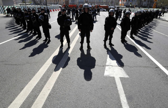 <p>Police officers stand guard during a rally of Russian opposition supporters in Moscow, Russia, May 6, 2017. (Photo: Tatyana Makeyeva/Reuters) </p>