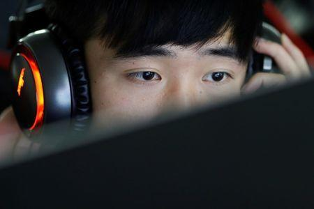A student attends a class of eSports and management course at the Sichuan Film and Television University in Chengdu, Sichuan province, China, November 17, 2017. REUTERS/Tyrone Siu/File Photo