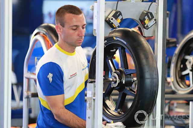 """Un dipendente Michelin al lavoro <span class=""""copyright"""">Gold and Goose / Motorsport Images</span>"""