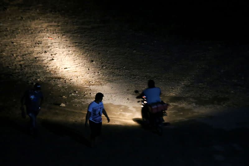 FILE PHOTO: Honduran migrant families try to reach U.S.