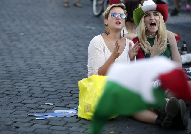 Two women react as they watch the 2014 World Cup soccer match between Italy and Costa Rica in Rome June 20, 2014. REUTERS/Yara Nardi (ITALY - Tags: SPORT SOCCER WORLD CUP)