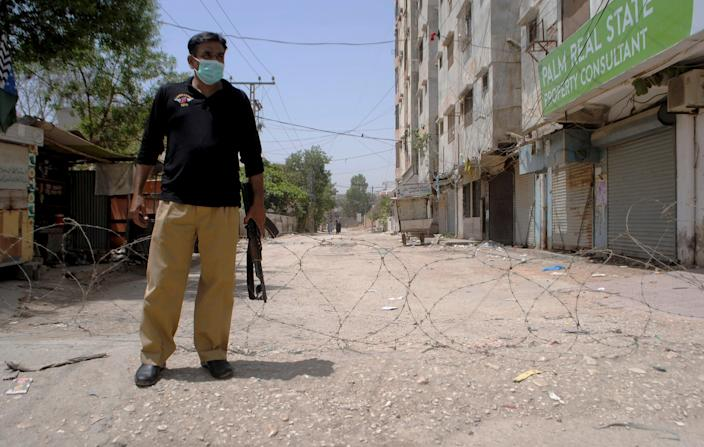 <p>File image: A representative image of a police officer in Pakistan </p> (AP)