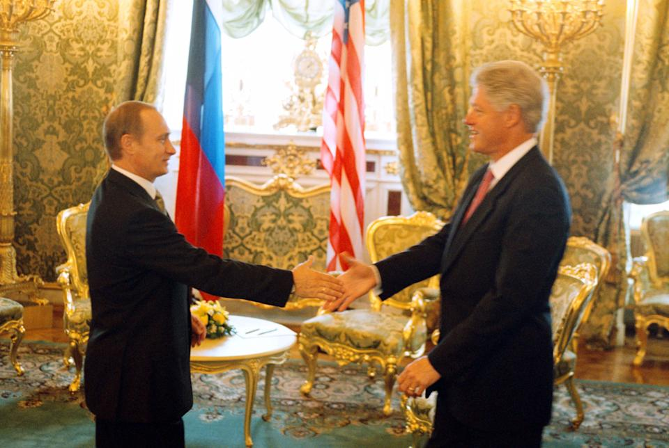 370543 03: Russian President Vladimir Putin, left, greets U.S. President Bill Clinton June 4, 2000 in the Kremlin in Moscow, Russia. (Photograph by Dirck Halstead/Liaison) (Photo: Dirck Halstead via Getty Images)