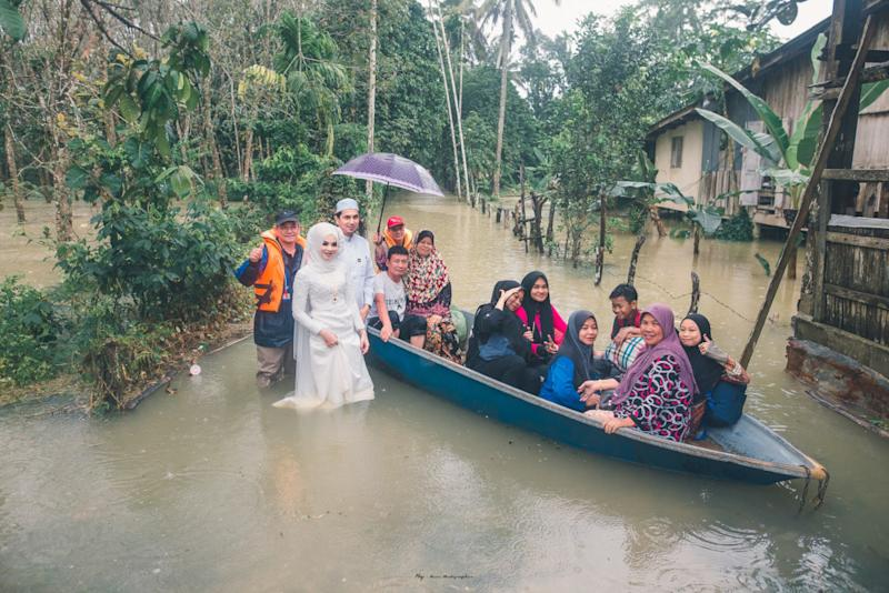 Guests arriving on a boat for the wedding ceremony. — Picture from Facebook/Meen Photographer