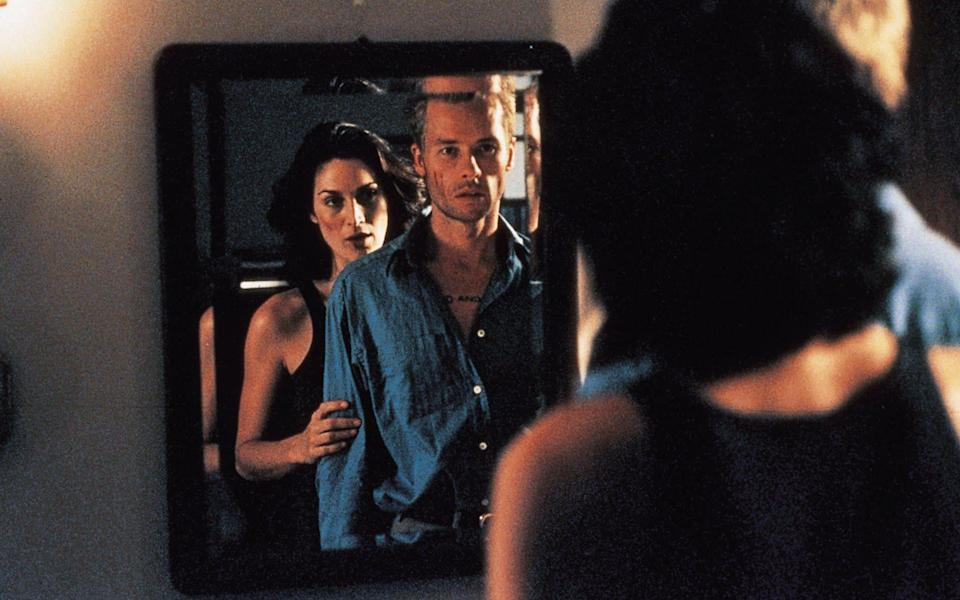 Carrie Anne Moss and Guy Pearce in Memento