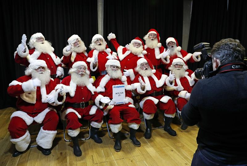 Student Santas pose during a training session at The Ministry of Fun Santa School in London, on November 16, 2017 (AFP Photo/ADRIAN DENNIS)