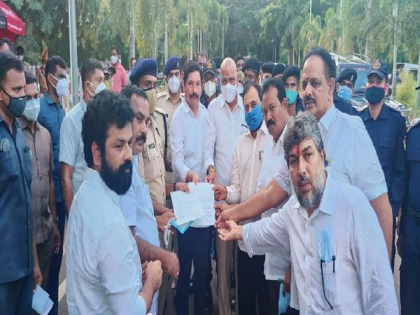 YSRCP delegation led by MLA Jogi Ramesh (Centre) submitting complaint at the DGP office (Photo/ANI)