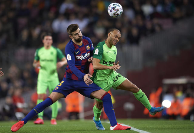 Martin Braithwaite disputa una pelota junto a Gerard Piqué en el Camp Nou. (Foto Jose Breton/Breton/Pics Action/NurPhoto via Getty Images)