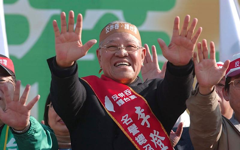 Lee Teng-hui at a rally in 2005 giving a symbolic 'push away' to Beijing's plans to pass anti-secession legislation - Wally Santana/AP